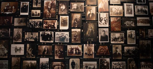 Retratos conmemorativos en el Museo en memoria del Holocausto. Museo en Memoria del Holocausto en Washington D.C., Estados Unidos de América