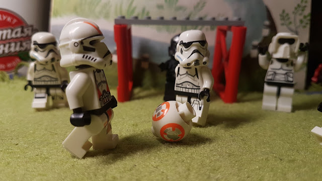 Stormtroopers, clone troopers, paling football, soccer, lego football, Star Wars