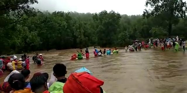 पचमढ़ी नागद्वारी जा रहे सैंकड़ों श्रद्धालु बाढ़ में फंसे | MP NEWS