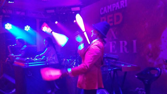 Malabarista de luzes interagindo com dj na pista de dança em festa da Campari em Salvador.