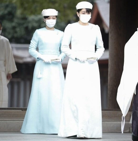 Princess Mako and Princess Kako visited Meiji Jingu shrine. Emperor Meiji and Empress Dowager Shoken. The Princess wore a light blue long dress