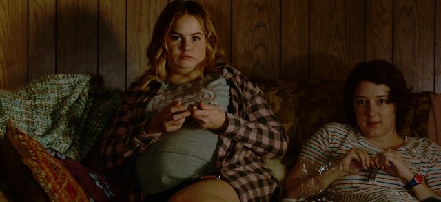 La protagonista con sobrepeso comiendo chocolates junto a su mejor amiga