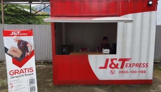 Drop point J&T Express di sebuah SPBU di Jakarta.