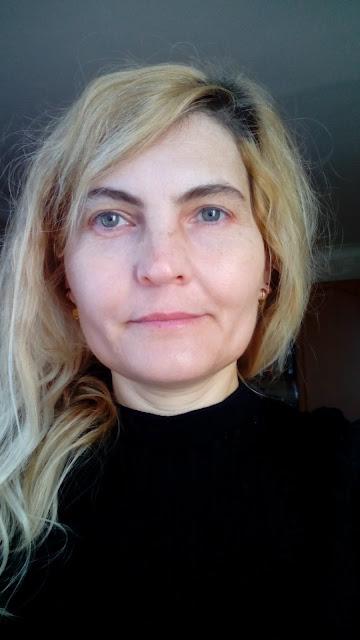 Femeie blonda adulta fara machiaj
