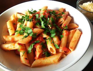 makaron z prostym sosem pomidorowym