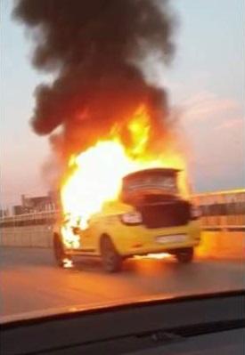 Un Taxi a luat foc în mers și putea exploda
