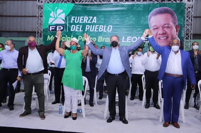 Leonel juramenta en la FP a la alcaldesa de La Guáyiga, al presidente del PRD en Pedro Brand y sus cuadros políticos