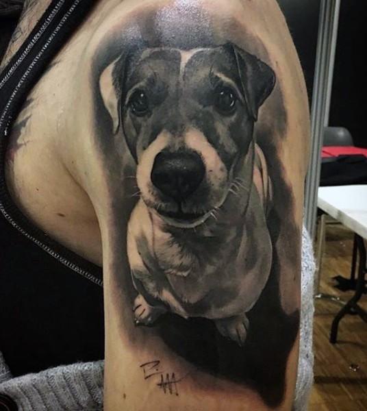 Increibre tatuaje realista de un perro en el hombre de una modelo