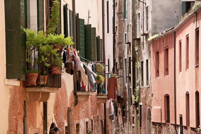 linge qui sèche aux fenêtres de Venise
