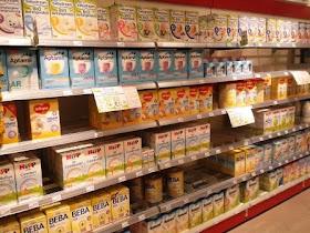 Regal mit Milchnahrung im Drogeriemarkt