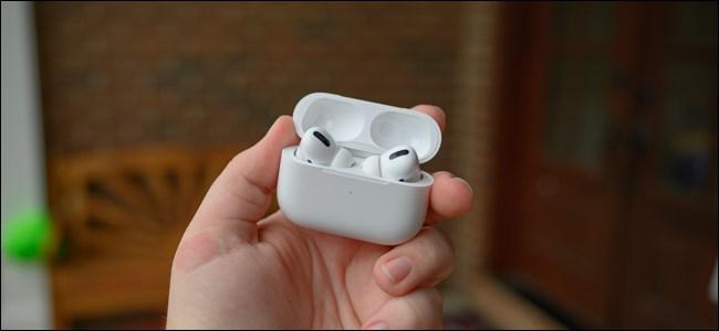 حقيبة Apple AirPods Pro المفتوحة