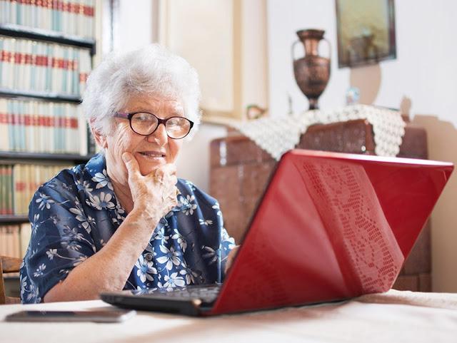 një e moshuar duke punuar në kompjutër