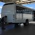 Leônidas Cristino faz doação de micro ônibus a APAE de Sobral