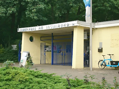 Eingang zum Sommerbad am Insulaner. Die Gestaltung in den 50ern ist zu erkennen.