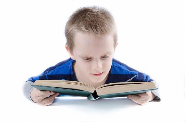 los niños que leen aprenden más rápido