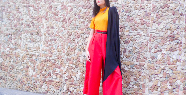 look Calça Pantalona Vermelha e Blusa de Gola Alta