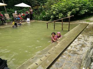 Pemandian air panas di Maribaya Resort