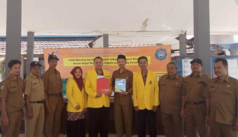 Foto: Tim Dosen Pengabdian Masyarakat Fisika Universitas Gajayana Malang bersama Kepala Desa Gajahrejo beserta staf dan jajarannya.