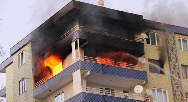 Diyarbakır'da Fırat Bulvarında apartmanda çıkan yangın paniğe neden oldu