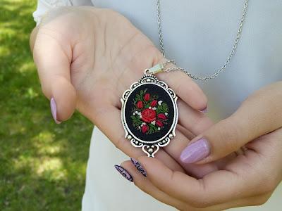 naszyjnik z haftem, wyszywany, haftowany, biżuteria vintage, medalion z haftem,haft rococo, biżuteria z haftem, biżuteria haftowana, embroidery,