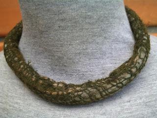 colar feltrado com lã merino e  gaze de algodão