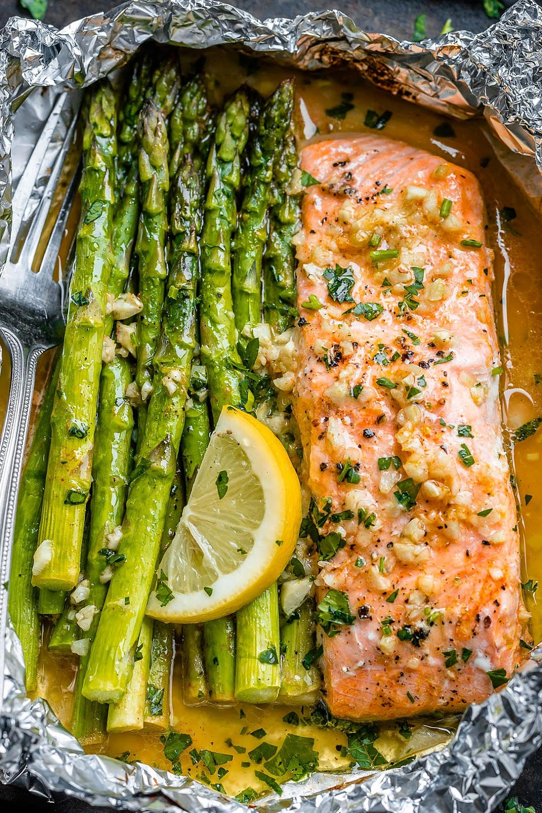 Salmon and Asparagus Foil Packs with Garlic Lemon Butter Sauce,  #buzzfood #recipe This fantastic meal is prepared in a pan in just 10 minutes. #salmon #Asparagus #Lemon # Low Carb, # Paleo, #Keto_free and # Gluten_Free #recipe