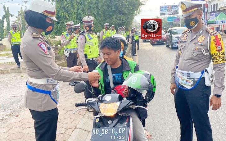 Pengendara Roda Dua dan Empat di Hentikan Sat Lantas Polres Gowa Untuk Diberi Masker