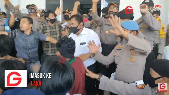 Demo Tolak 500 TKA China di Kolaka Ricuh, Mahasiswa Baku Hantam dengan Polisi