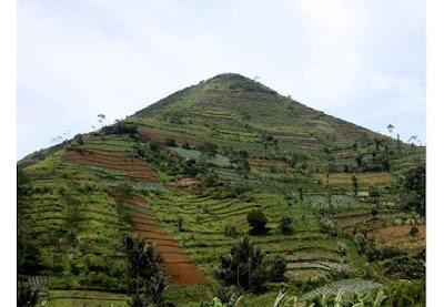 Sebuah gunung di Desa Sadahurip, Jawa Barat yang juga dikenal dengan sebutan Gunung Piramida. Diketahui gunung ini menjadi piramida tertua di seluruh dunia. Selain itu banyak yang merasakan aura mistis yang sangat kuat ketika memasuki daerah tersebut