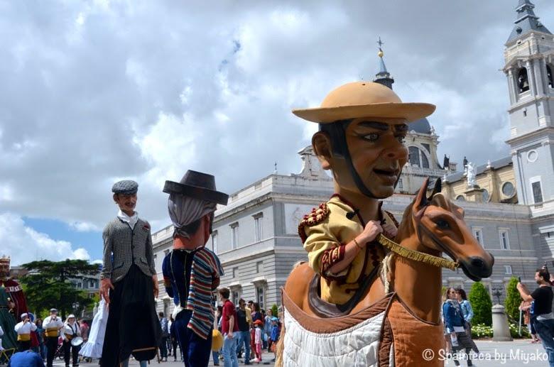 Fiestas de San Isidro en Madrid; Gigantes y Cabezudos マドリード王宮前