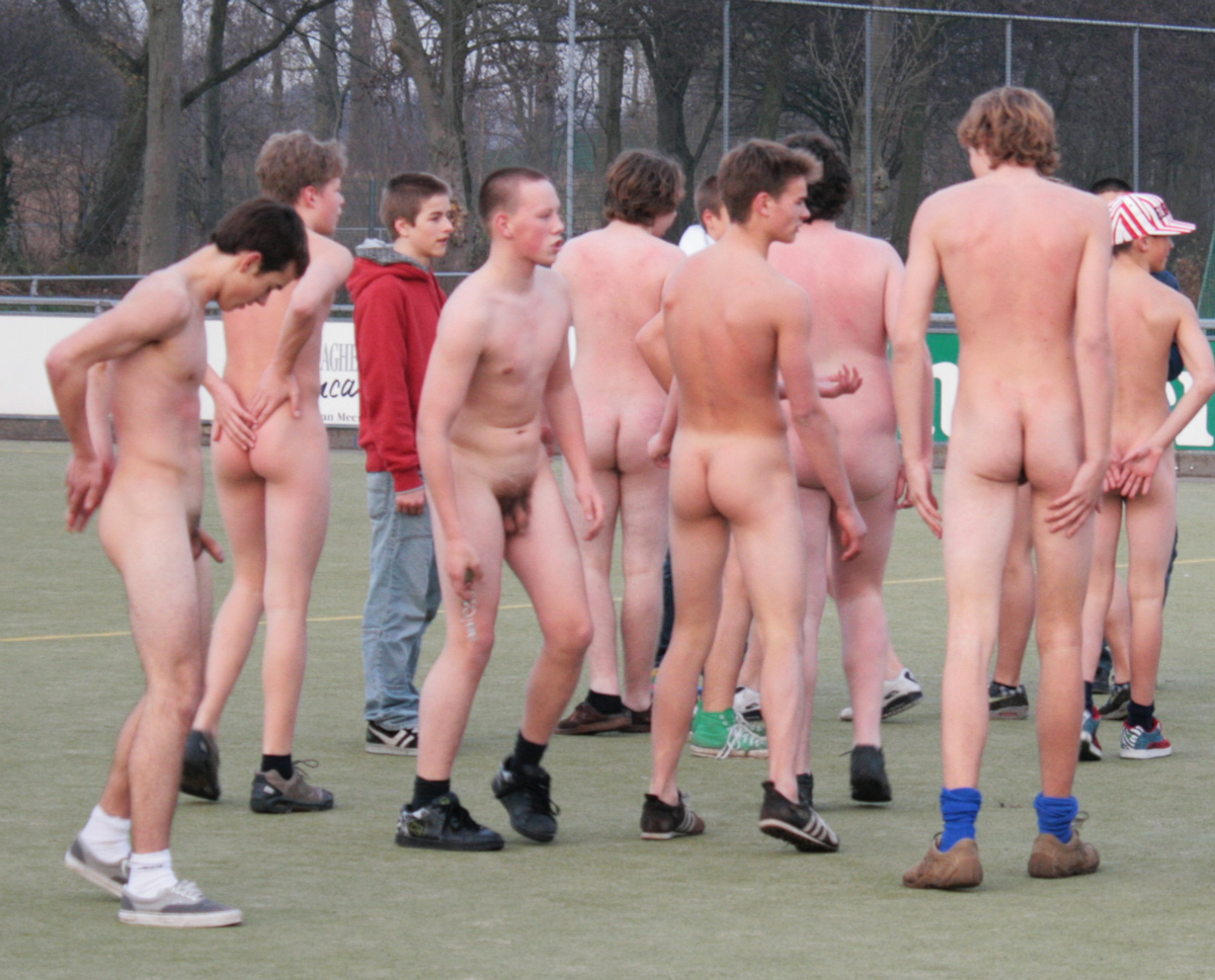 Naked boys playing volleyball — pic 1