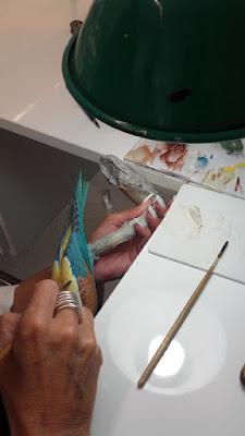 mão de artista pintando uma peça de porcelana