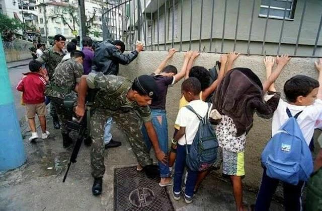 INTERVENÇÃO NO RIO: Foto que viralizou com militares revistando crianças foi tirada há 23 anos
