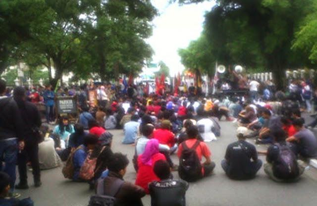 Mahasiswa Demo dan Blokir Jalan Malioboro