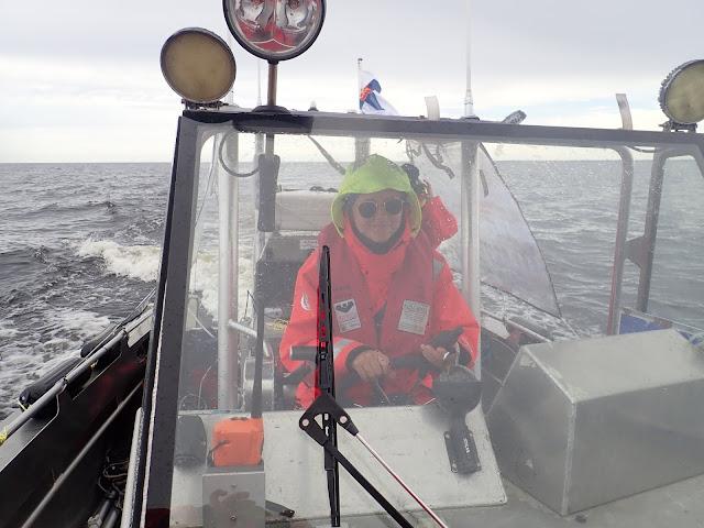 Kippari työssään kovassa meren käynnissä.