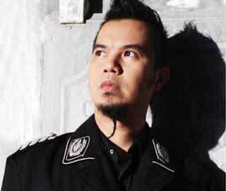 Profil musisi yang satu ini tentunya tidak asing lagi bagi pecinta musik indonesia, Ahmad Dhani Terlahir di Surabaya pada 26 Mei 1972, Ahmad Dhani, dikenal sebagai pentolan grup Dewa 19, pencipta lagu dan juga sebagai produser rekaman. Pria bernama lengkap Dhani Ahmad Prasetyo ini dikenal penuh kontroversial dan sensasi sebagai musisi, baik dalam syair lagunya maupun tingkah polah kehidupan sehari-harinya. Sosok kontroversinya diperlihatkan lewat syair-syair lagunya yang 'terlalu dalam' dan memiliki makna bias hingga memunculkan pertentangan. AHMAD DHANI    Laki-Laki, Islam 26 Mei 1972, Surabaya, Jawa Timur  Dhani pernah menikah dengan Maia Estianty atau populer dengan nama Maia Ahmad. Dari perkawinannya dengan perempuan asal Surabaya itu, mereka dikaruniai tiga orang anak laki-laki, yang diberi nama Ahmad Al Gazali, El Jalaluddin Rumi, dan Ahmad Abdul Qodir Jaelani. Nama-nama tersebut diambil dari nama-nama tokoh sufi yang menjadi idola Dhani.  Pernikahan Dhani - Maia mulai retak setelah Maia semakin populer bersama Ratu. Dhani mengklaim Maia terlalu sibuk dan menelantarkan anak-anak mereka. Setelah melalui perseteruan panjang di media dan pengadilan agama, mereka resmi bercerai pada 23 September 2008. Hak asuh ketiga anak mereka, Al, El, dan Dul jatuh ke tangan Maia. Untuk keputusan itu, Dhani berniat mengajukan banding. Meski hak asuh anak jatuh ke tangan Maia, namun sampai detik ini ketiga putra hasil pernikahannya dengan Maia, masih tinggal bersama Dhani.  Menjelang Pemilu 2009, banyak artis yang maju sebagai caleg (calon legislatif) bahkan ada pula yang berniat menjadi presiden. Lewat partai PKB, nama Dhani menjadi salah calon yang akan diajukan sebagai calon presiden. Namun, Dhani sendiri lebih memilih berkarir di musik dan mengurus ketiga putranya ketimbang berkiprah di dunia politik.    Bertepatan dengan ultahnya yang ke-37 tahun, Dhani digaet oleh produk asal Inggris, Lee Cooper untuk mengeluarkan t-shirt khusus yang bertajuk Lee Cooper - Ahmad Dhani Colla