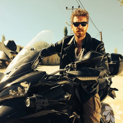 أنجين أوزتورك Engin Öztürk يقود دراجته النارية من نوع BMW