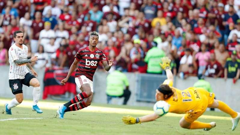 Com-hat-trick-de-Bruno-Henrique-Flamengo-massacra-no-Maracana-mantem-Palmeiras-distante-e-afunda-Corinthians