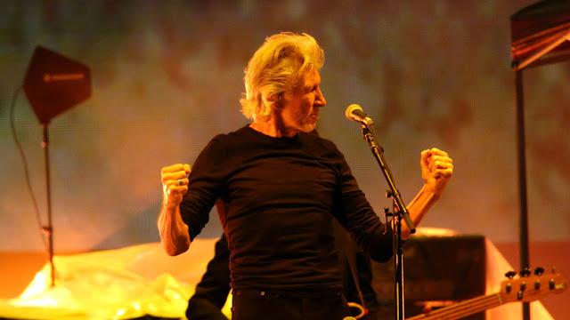 """Roger Waters llama """"policía del pensamiento"""" a Twitter por suspender la cuenta en apoyo a Assange"""
