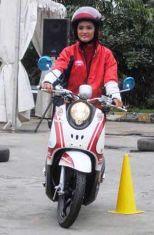 Tips Berkendara Sepeda Motor Bagi Wanita dan Ibu-ibu