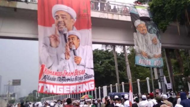 Detik-detik Massa Gagal Bakar Poster Habib Rizieq