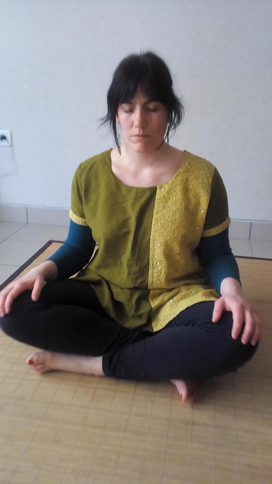 Postura  Siéntate en el suelo dobla las rodillas y cruza las piernas.  Mantén espalda y columna rectas. Hombros relajados. Con la práctica se  llega a estar ... f577d783b737