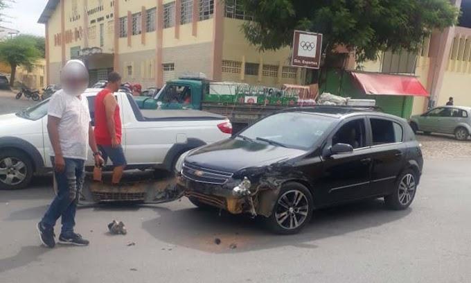 Jacobina: Três veículos colidem após motorista entrar bruscamente na Rua José Rocha