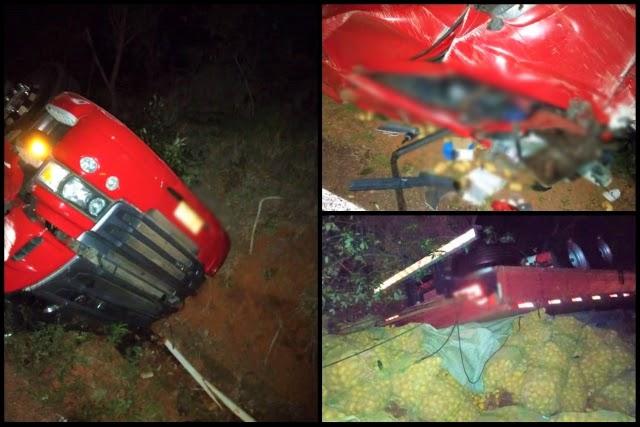 Homem morre e outro fica ferido após caminhão tombar em Andaraí