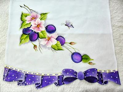 pano de copa com pintura de flores silvestres e ameixas