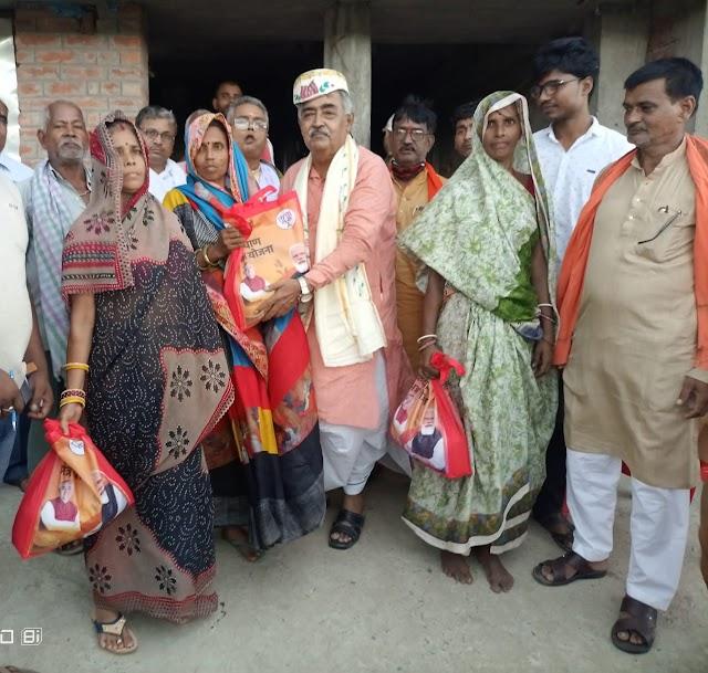 BJP के एमएलए विनोद नारायण झा ने गंगुली में दिए पीएम गरीब कल्याण अन्न योजना के बैग