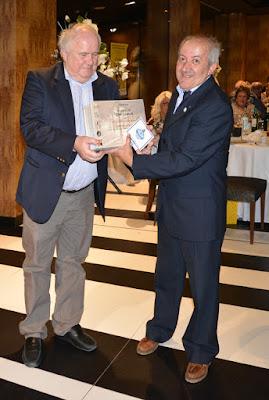 José Manuel Santos recoge el premio a su colección en la EXFILNA 2016