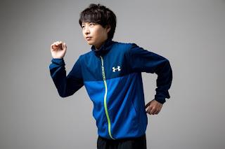 スポーツウェアを着て運動をしている女性