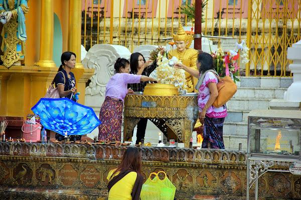 Ritual de bañar a buda en los postes planetarios - Pagoda Shwedagon