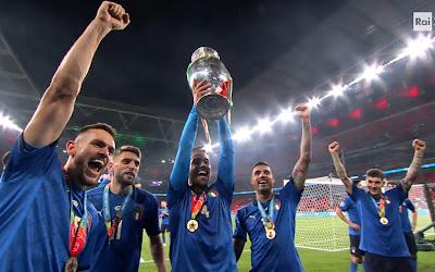 Italia campione d'Europa Spinazzola alza la coppa